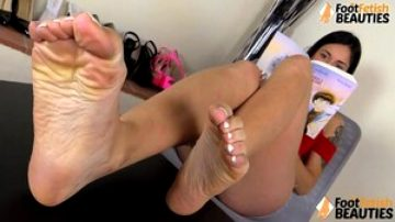 Barefoot Teen Shows Off Her Cure Feet