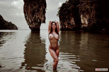 Busty-bond-girl – Bianca Beauchamp 2016