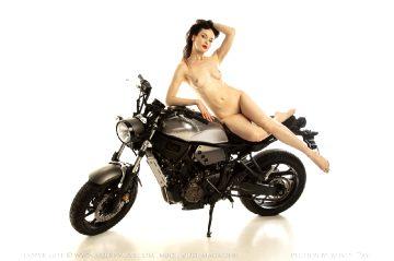 Nude-muse Anne – Motorbike