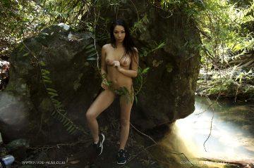 Nude-muse Castelle – Rainforest