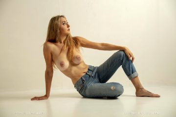Nude-muse Lilly – In The Jeans