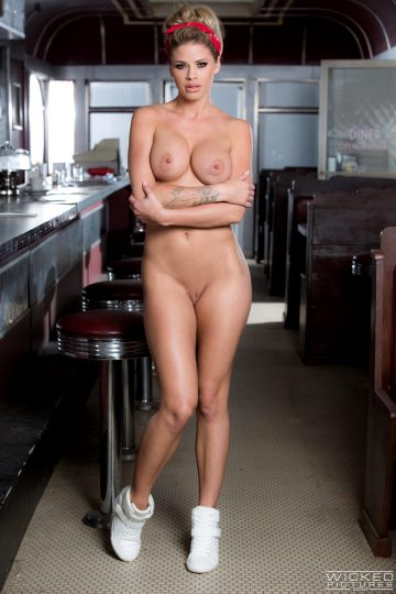Sexciiwomeninlingerieandbikinis Busty Blonde Jessa Rhodes Strips In The Bar
