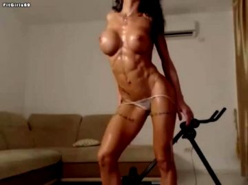 Shredded Cam Girl Showing Her Sexy
