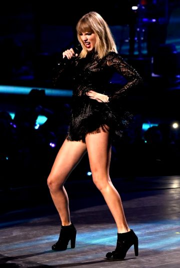 Taylor Swift – Long,sexy Legs During Concert