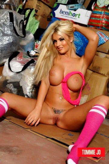 Tommie Jo – Strips Nude In The Garage