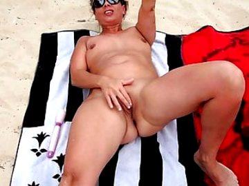 Wonderfull Lisa masturbate at the beach